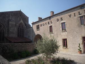 Eglise et Mairie de Foussais-Payré (Vendée)